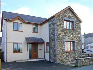 BRYN SEION, modern cottage, WiFi, dressing room, en-suite, woodburner, in Y Felinheli, Ref 30276