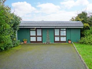WOODSIDE LODGE, single-storey accommodation, woodburner, pet-friendly, near Oughterard, Ref 30696