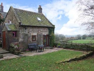 MAMOR COTTAGE, cosy cottage with stunning views, country location, Foxt near Lee