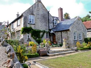 STARRE HOUSE, 16th century manor house, woodburning stoves, walking distance to