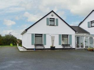 WOODSIDE CHALET, romantic retreat, en-suite, off road parking, garden, near Oughterard, Ref 31225