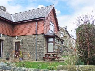 WINDLANDS, romantic base, off road parking, town views, in Buxton, Ref. 31197