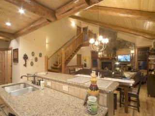 Luxurious Cabin: Two Master Suites, Hot tub, Views