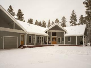 Custom High-End Mountain Home: Wooded Area, Close to Town Sleeps 16-20