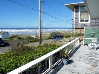 Oceanfront views, dog-friendly, with a private deck!, Florence