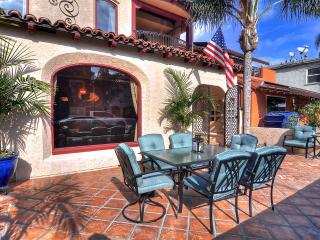 April Special $199/Night! Custom-built home, 1 house to beach, near 2nd Street Shopping, with rooftop ocean views!, Long Beach