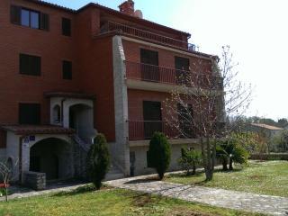 TERRAROSSA 2 apartment with large garden, Valbandon