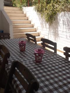 You can eat all together, tables and chairs outside for our guests