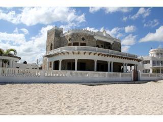 Casa del Malecon, beachfront Casona in the heart of Progreso! with pool