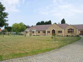MANOR HOUSE, enclosed garden, WiFi, childrens play area, woodburning stove, Ref 904429, Chesterfield