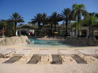 1-107 Ground floor, screened patio, kitchen, heated pool, gym, close to Disney