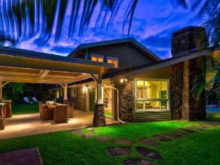 Maluhia villa offers lagoon shaped pool with waterfall & Hot tub, short walk to beach, Kailua