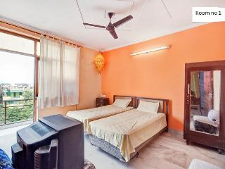 25 Minutes from airport,free WIFI, New Delhi