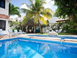 Casa Topaz-tropical garden & 2-level swimming pool, Cozumel