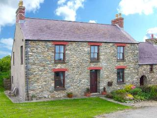 GWRYD BACH FARMHOUSE, spacious pet-friendly  cottage, large grounds, open fire, WiFi, St David's Ref 31216Ref, St Davids
