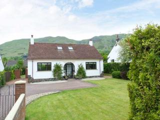 TILLY COTTAGE, hill views, ground floor bed, en-suite, hill views, Tillycoultry Ref 912868