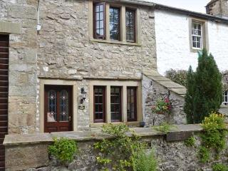 THE THRESHING FLOOR AT TENNANT BARN, zip/link beds, en-suite bathroom, modern, beams, patio, village centre 2 mins walk, Ref, 193584, Malham