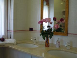 bagno con 2 lavabi