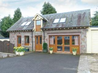 BLAIRMOUNT COACH HOUSE, country holiday cottage, with a garden in Blairgowrie