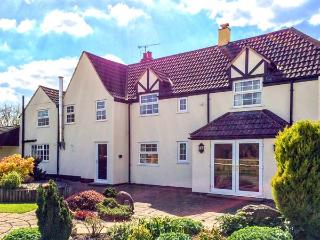 INGLESIDE, family friendly, character holiday cottage, with a garden in Adsett, Westbury on Severn