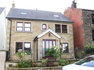 THE LILLIES, stylish house with country views, en-suite, garden, Matlock Ref 17875
