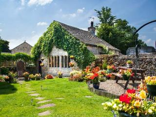 MONKS COTTAGE, detached, Grade II listed property, woodburner, en-suite bedroom, walks from door, in Threshfield, Ref 21352