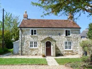 WEIRSIDE COTTAGE, close to coast, superb accommodation, stream in garden in Brighstone, Ref 21801