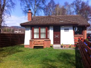 STRATHISLA, pet-friendly single-storey cottage with open fire in Aviemore, Ref 2