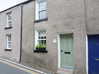 HAWTHORN COTTAGE, terraced property, king-size bed, free-standing bath, romantic retreat, within walking distance to shops and pubs, in Ulverston, Ref 28622