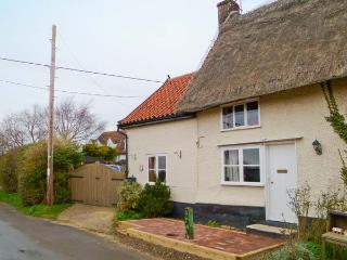 HUNNYPOT COTTAGE, beams, pet-friendly, spiral staircase, hot tub, in Pulham Market, Ref. 29711