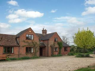 HIGHCROFT, open fire, WiFi, dogs welcome, AGA, semi-detached cottage near Stratford-upon-Avon, Ref. 30949