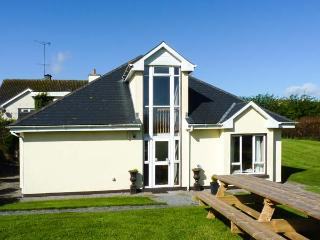 THE FOLLY, modern, single-storey cottage, four bedrooms with en-suites, multi-fuel stove, in Kilkenny, Ref 904655