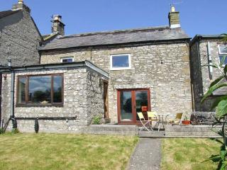 BROWN HARE COTTAGE, garden with furniture, WiFi, great for walking, Ref 911736, Youlgreave