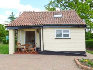 NORBANK COTTAGE, detached, private patio with furniture, Ref 912153, Bressingham