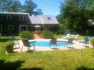 Private in ground pool, AC, 4 large BR, sleeps 10-12, quiet street, pool table, Teaticket