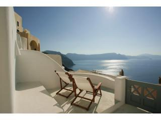 Oia White - stunning Caldera views in Oia village