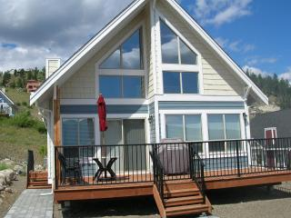 View Cottage with Private Beach & Marina Access, Kelowna