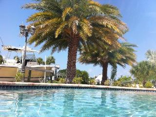 Paradisaical Enclave-5*Waterfront/Canal/Pool/Dock/Kayak/Bikes/Hammocks/Privacy++, Holmes Beach