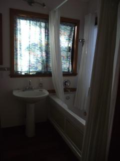 Lovely Jacuzzi bath and shower available