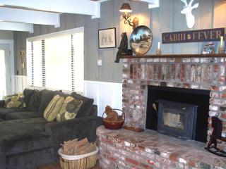 A Loafers Lodge 2+2 Sleeps 7, Remodeled 2 story!, Big Bear City