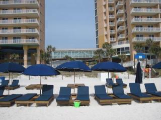 Beachfront Condo + Free Beach Chairs + Wifi + Netflix, Clean!