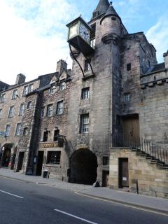 Old Tolbooth Wynd from the Royal Mile