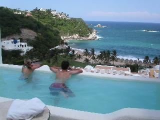 Luxury Oceanfront One Bedroom Condo with Pool, Huatulco