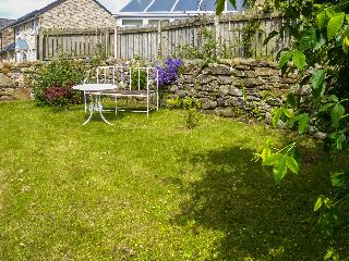 SPRINGFIELD COTTAGE, open fire, lawned garden with furniture, WiFi, in Little