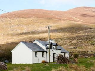 COOMNAHINCHA, woodburner, pet-friendly, ground floor bedroom, close to the coast near Cahersiveen, Ref. 904365