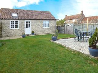 MIDSUMMER COTTAGE, detached, all ground floor, en-suite, parking, garden, in Pickering, Ref 904634, Thornton-Le-Dale