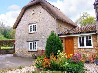 THE THATCH, romantic, pet-friendly retreat with garden, close to village pub