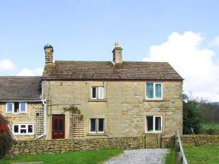 BROADHAY, country farmhouse, en-suite, lovely views, activities on farm, close Hathersage Ref 904834