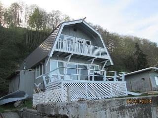 Mint Condition, 2 bedroom beachfront cottage with amazing views and sleeps 5, Langley