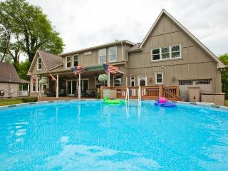 On the River, Boat Dock, 10 Minutes to Downtown Nashville, Pool, Hot Tub,